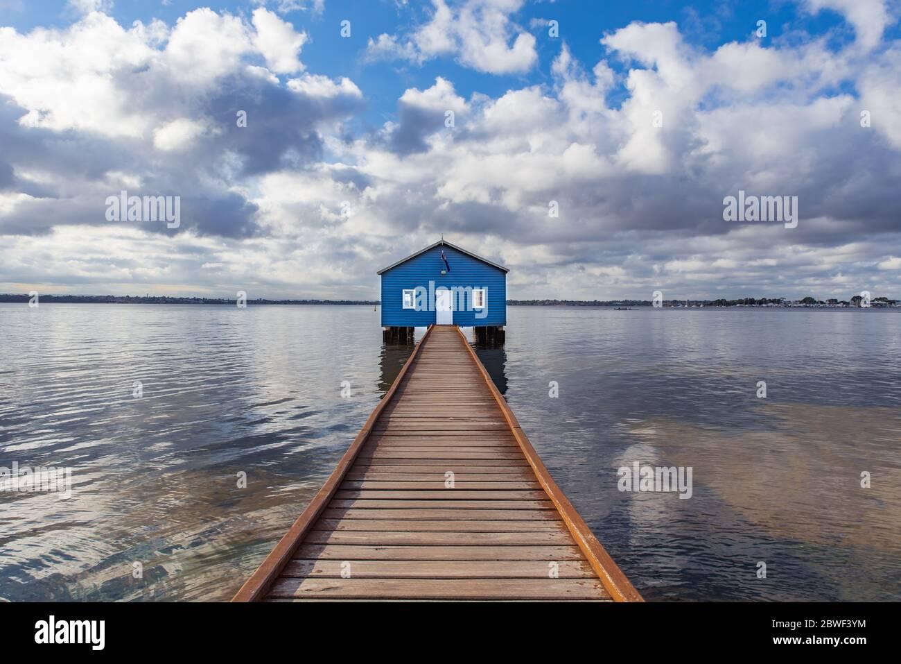 Perth, novembre 2019 : célèbre petite maison de bateau bleu - le hangar de Crawley Edge situé sur la Swan River à Crawley à Perth. Tourisme en Australie occidentale Banque D'Images