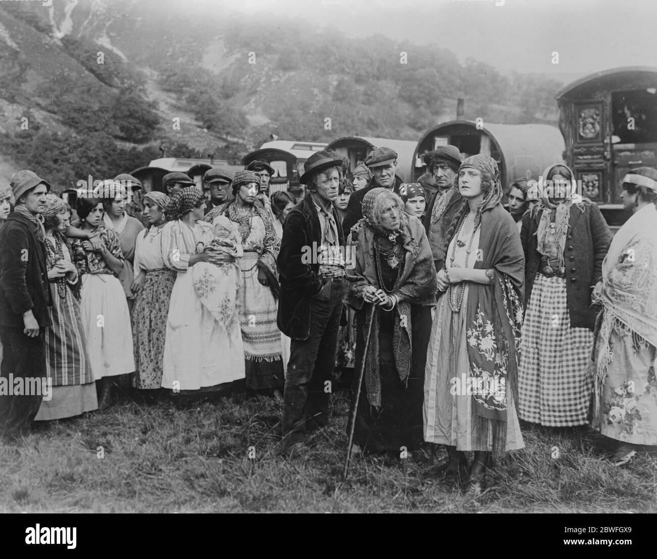 Marchionne comme héroïne du film Lady Queensberry dans une pièce tzigane la Marchionne de Queensbury vient de faire ses débuts de film comme l'héroïne tzigane de la nouvelle production galloise Pearson appelée ' la Romany ' Irene Norman ( la Marchionne de Queensberry ) comme Valia , Une princesse tzigane est mise en garde par la sorcière tribale ( Mlle Ida Fane ) contre l'alliance de la romane . M. Hugh E Wright, homme de médecine tribale , 12 janvier 1923 Banque D'Images