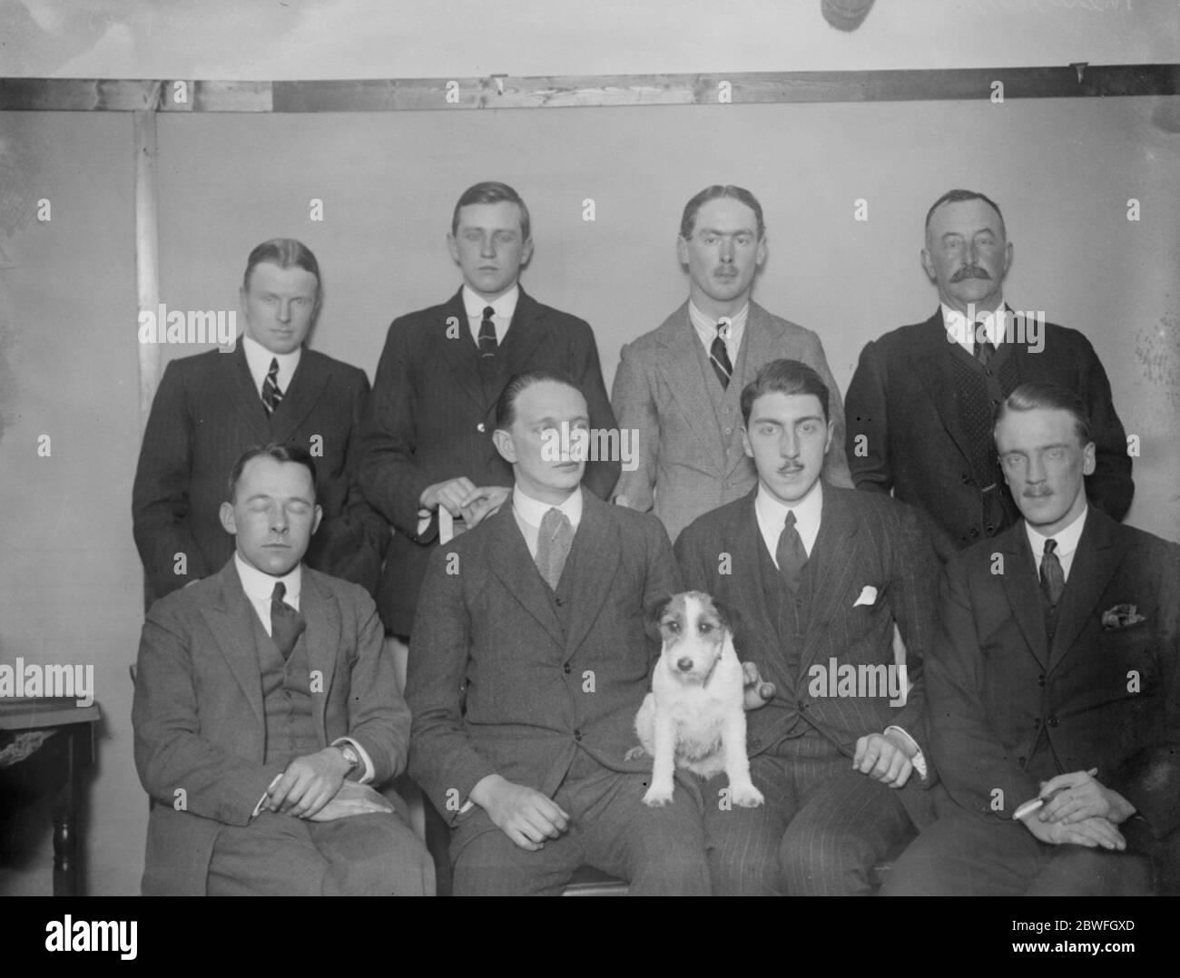 L'expédition scientifique du Pacifique britannique membres de l'expédition qui est d'explorer la Papouasie ( Nouvelle-Guinée britannique ) R A Prescott FRG ( Mammels ) deuxième de droite seulement membre de l'expédition de cette rangée Front Row gauche à droite N McNeill FRG , MSP ( dirigeant l'expédition entière ) H M Frewen ( Entomologie ) , A E Eglise FRG ( Ornithologie ) , L B Conolly FRG ( en charge de l'avance partie ) 7 novembre 1922 Banque D'Images