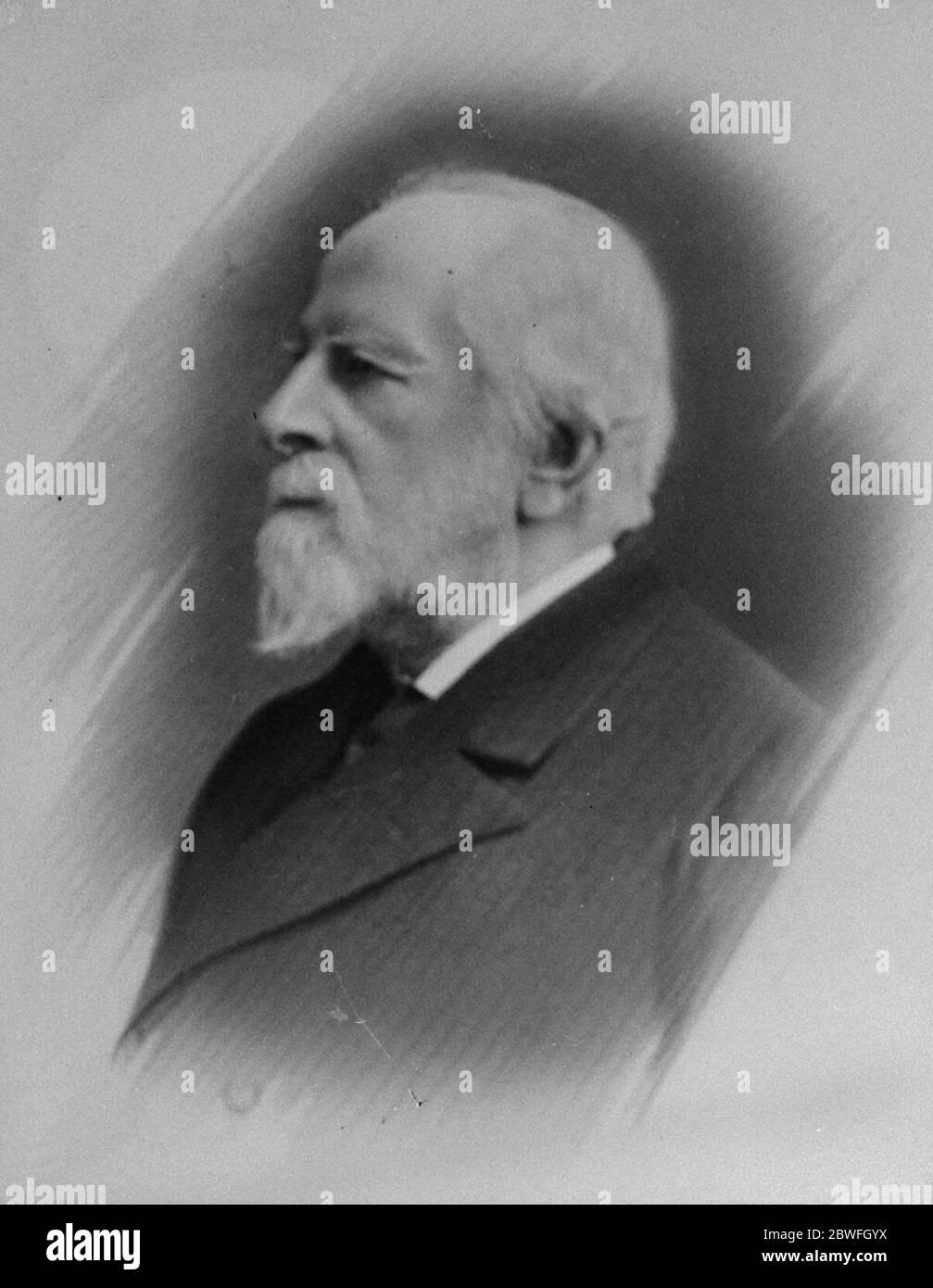 Un Centenarien du Mayfair Sir John Gardner Engleheart a célébré son anniversaire de 100 le 2 février par un dîner en famille dans sa résidence de Londres . 28, rue Curzon Mayfair . Sir John a été instruit au rugby sous le célèbre Dr Arnol qui a révolutionné le système scolaire public anglais , et comme Tom Brown a voyagé à l'école sur un entraîneur de scène . Il accompagne le roi Edward comme prince de Galles lors de sa visite au Canada et aux États-Unis en 1860 et devient, en 1872, greffier du conseil du duché de Lancaster dont il a été membre de 1901 à 1912, lorsqu'il a pris sa retraite le 1er février 1923 Banque D'Images