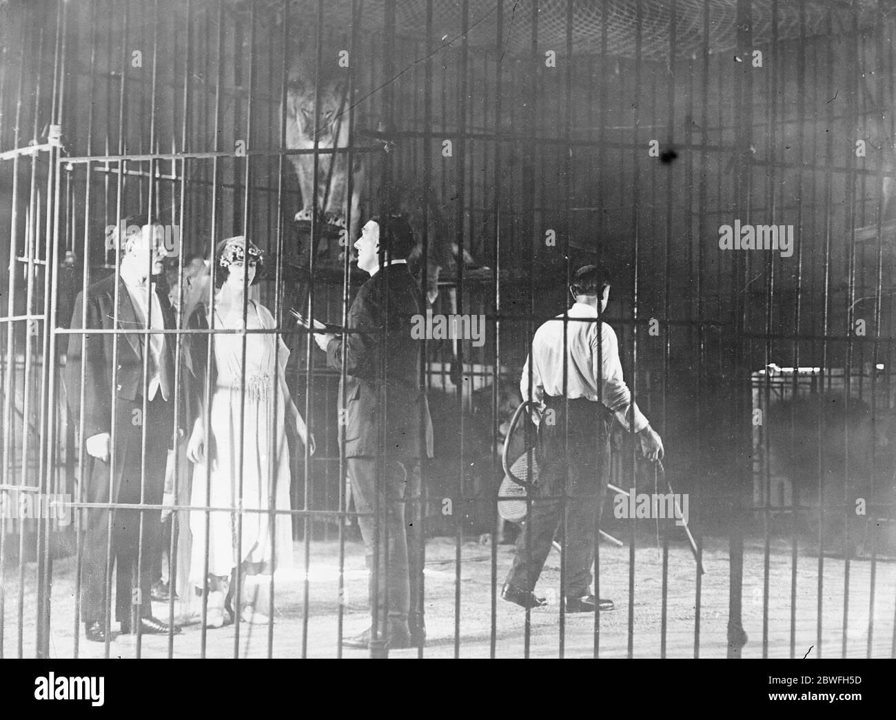 Marié entre les Lions cette photo que vient de recevoir New York montre Miss Mae Stoller et M. J Fowlkes se mariant dans une cage de lions le 28 août 1922 Banque D'Images