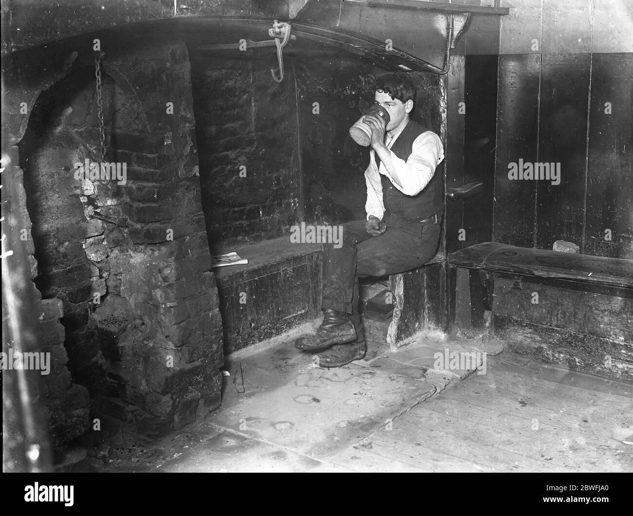 Dick Turpin ' s Inn le ' Kings Arms ' Inn à Eltham , qui a été fermé en préparation à la démolition en conséquence de l'élargissement de Londres à Folkestone route principale . C'était un lieu de blocage préféré de Dick Turpin et d'autres célèbres hommes de haute route et est réputé pour avoir 700 ans. Un ouvrier s'en sert une dernière boisson de bière . 2 décembre 1922 Banque D'Images