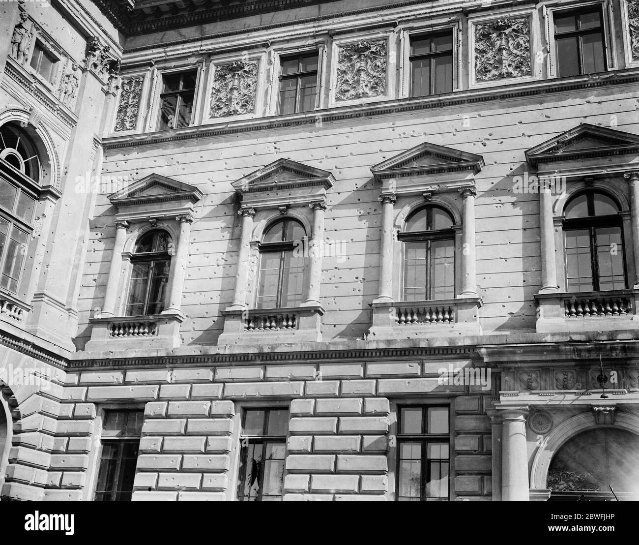 Lemberg , Pologne . Une partie des grands bâtiments de l'université , montrant des centaines de trous de balle faits pendant les années de combats de rue dont la ville a souffert . 24 octobre 1921 Banque D'Images