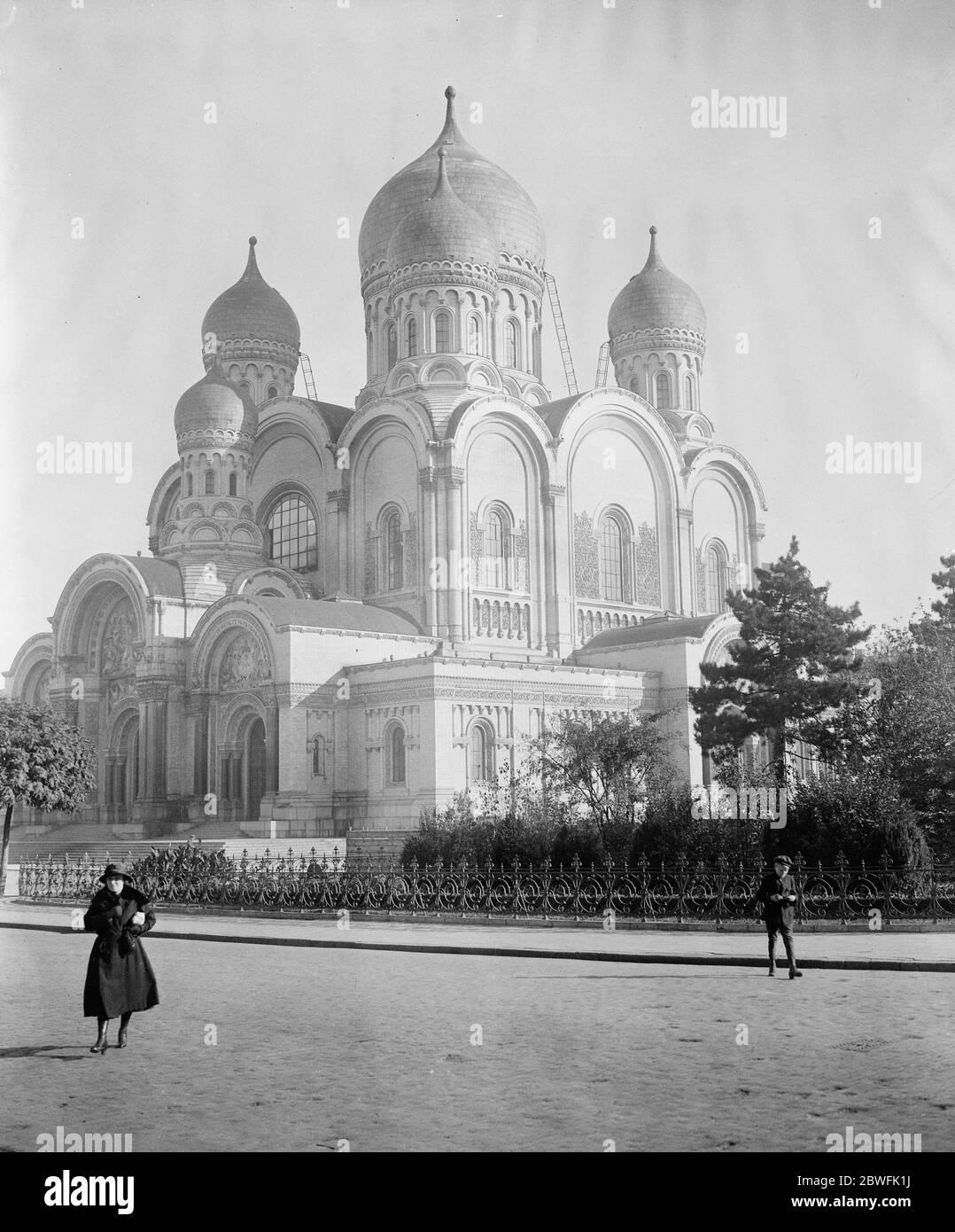 Varsovie Pologne l'église russe de Varsovie qui doit être transformée en cathédrale catholique romaine . A été utilisé comme quartier général à des fins militaires allemandes 25 octobre 1921 Banque D'Images