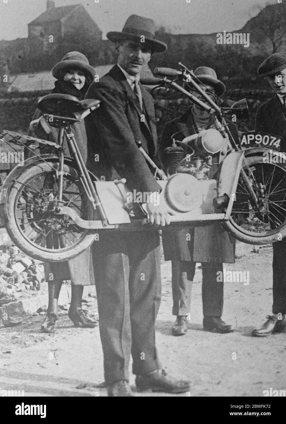 Le major Bailey manquant . Le major Bailey , qui est recherché sur une accusation de meurtre présumé de femme à Hove , est ici vu à une démonstration de scooter de moteur . 12 décembre 1923 Banque D'Images