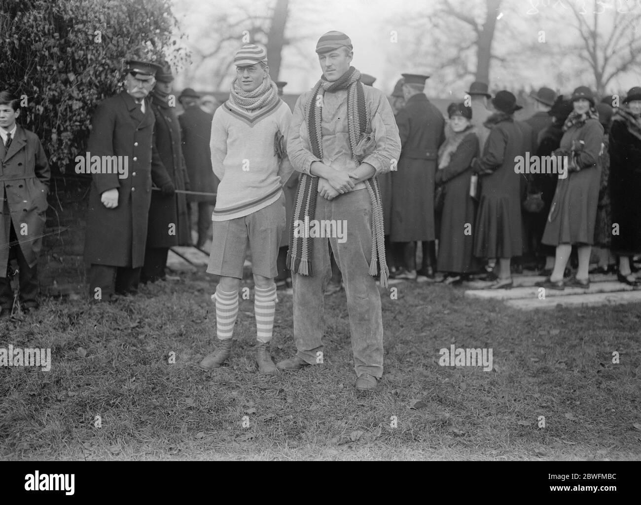 Eton jeu mural . P St J Stirling ( gardien du mur du collège ) à gauche , et comte de Kincardine ( gardien du mur des Opidiens ) avant le match . 30 novembre 1925 Banque D'Images