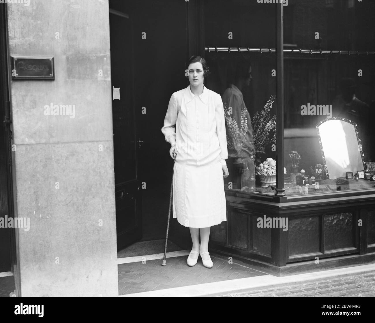 La société beauté ouvre une boutique Mme Dudley Coats debout dans la voie de porte de 10 , rue Davies , W , où elle a ouvert une boutique spécialisée dans les parfums et les fusils féminins 11 juillet 1925 Banque D'Images