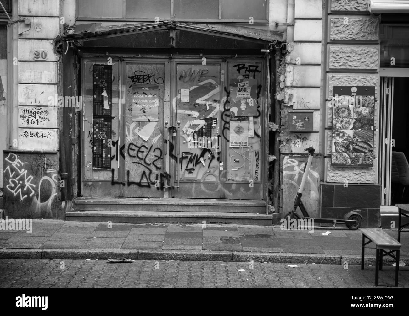 Image monochrome d'une porte inconnue dans un bâtiment vide, Francfort, Allemagne Banque D'Images
