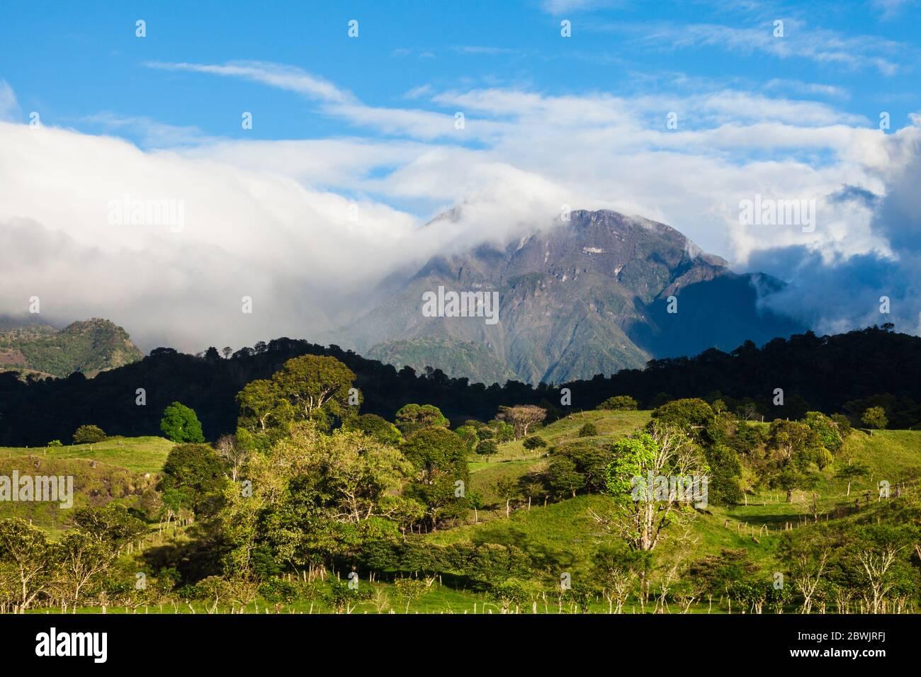 Lumière du soir sur Volvan Baru, 3475 m, vue juste en dehors de la ville de Volcan, province de Chiriqui, République du Panama. Banque D'Images