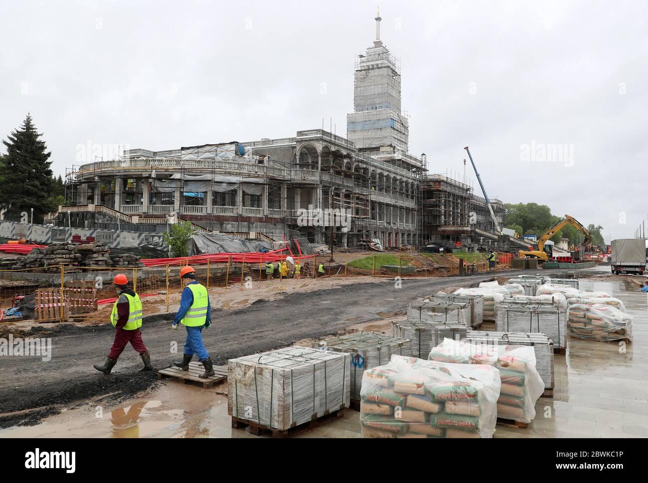 Moscou, Russie. 2 juin 2020. On voit des travailleurs au site de reconstruction du terminal de North River. Crédit: Gavriil Grigorov/TASS/Alay Live News Banque D'Images