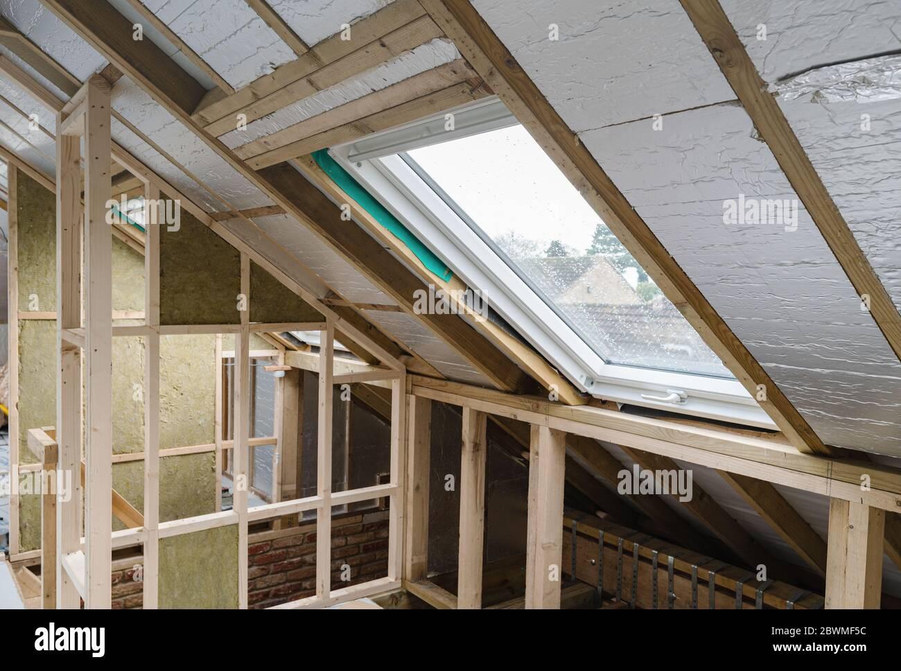 Conversion de loft, projet non fini, isolation en argent, fenêtres de toit, structure en bois des murs, foyer sélectif Banque D'Images
