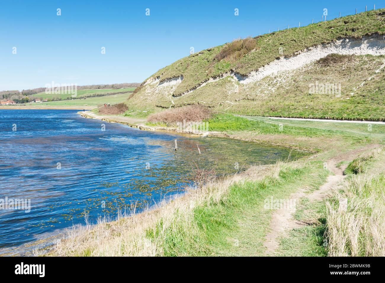 Vue sur la rivière Cucmere près de Seaford et Eastbourne, East Sussex, sentier menant à la plage de Cuckmere Haven, point de mire sélectif Banque D'Images