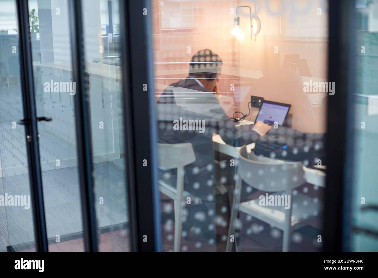 Homme travaillant au bureau, Banque D'Images