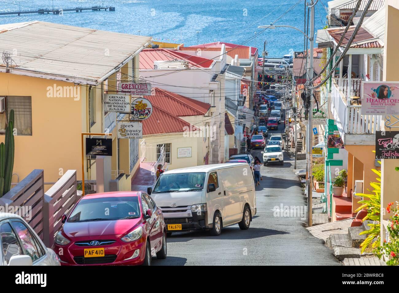 Vue sur la rue animée et la mer des Caraïbes, St George's, Grenade, les îles du vent, les Antilles, les Caraïbes, l'Amérique centrale Banque D'Images