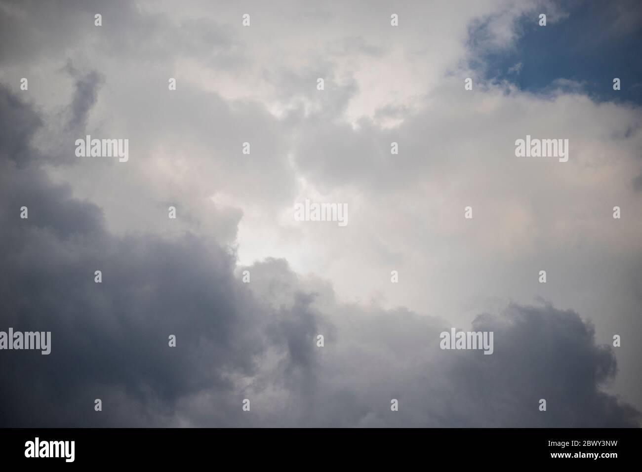 Nuages gris et blancs. Fond ou papier peint Heavenly ou météo. Banque D'Images
