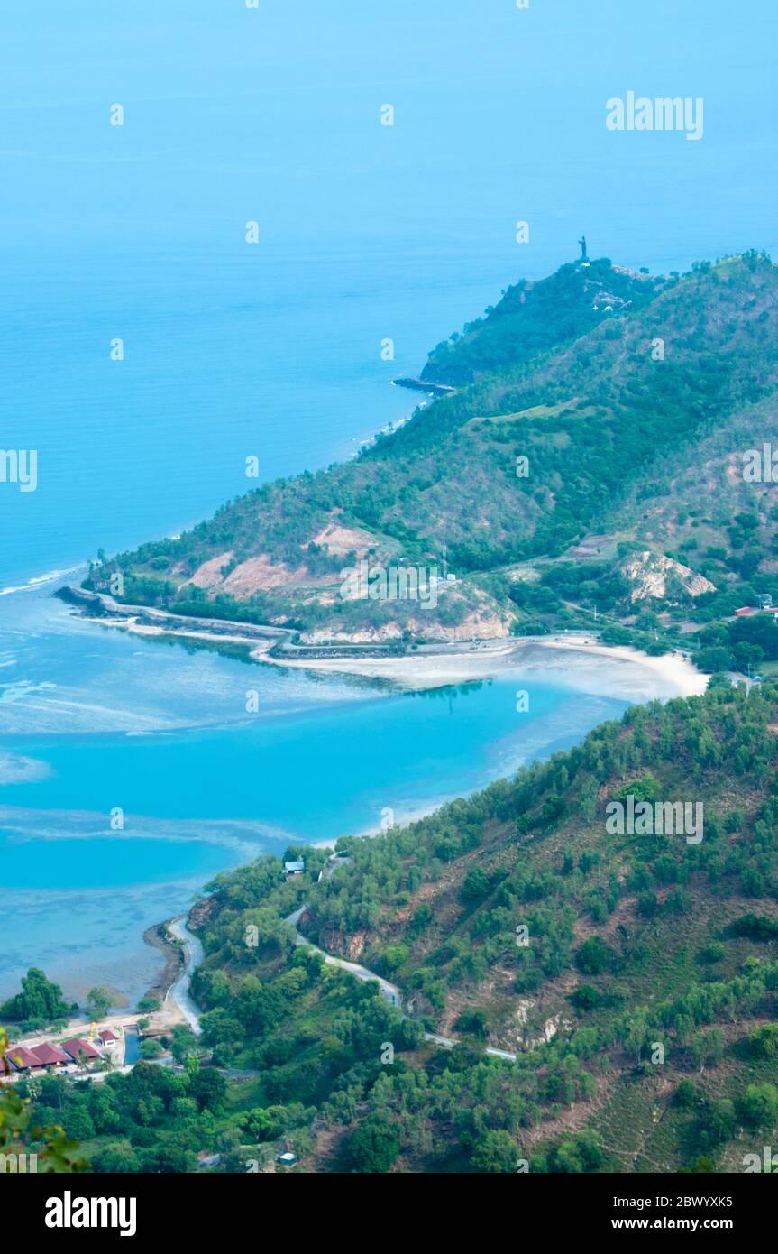 Une belle plage et une région vallonnée à Dili Timor Leste Banque D'Images
