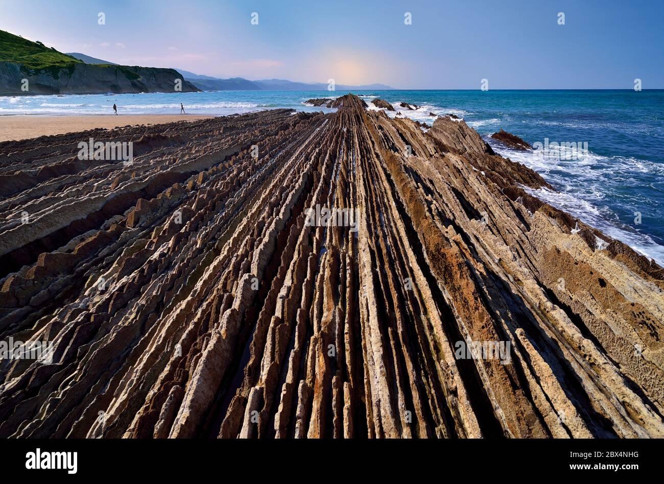 Vue rapprochée des lignes de rochers qui se dirigent vers l'océan à marée basse Banque D'Images