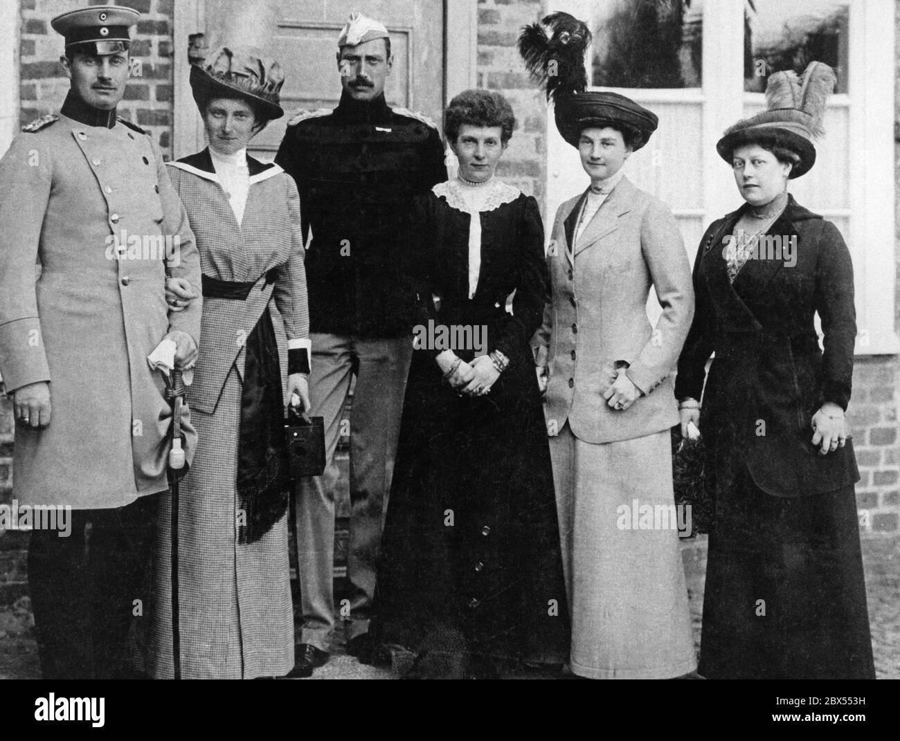 De gauche à droite : Frederick Francis IV, Grand-duc de Mecklembourg-Schwerin, sa sœur la Reine Alexandrine du Danemark, le roi chrétien du Danemark, la princesse Heinrich von Reuss et la duchesse Maria Antoinette. La dame de l'extrême droite est inconnue. Banque D'Images