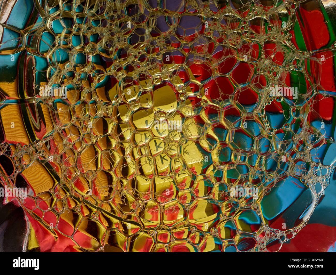 Plan conceptuel de la vie de bulles colorées sur une surface liquide, motifs texturés Banque D'Images