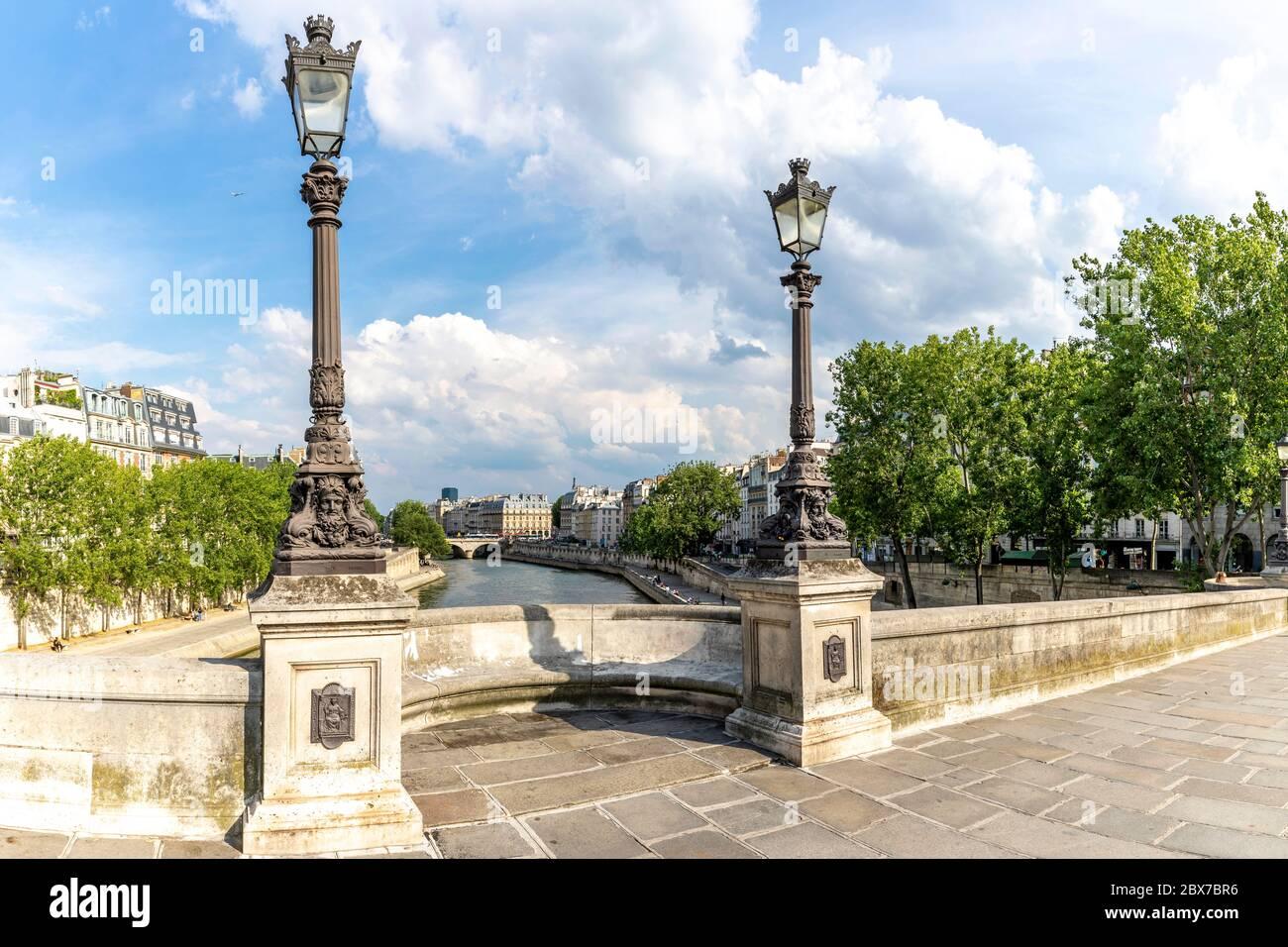 Paris, France - 3 juin 2020 : Paris paysage urbain. Vue depuis le célèbre Pont neuf avec lampadaire traditionnel. France. Banque D'Images