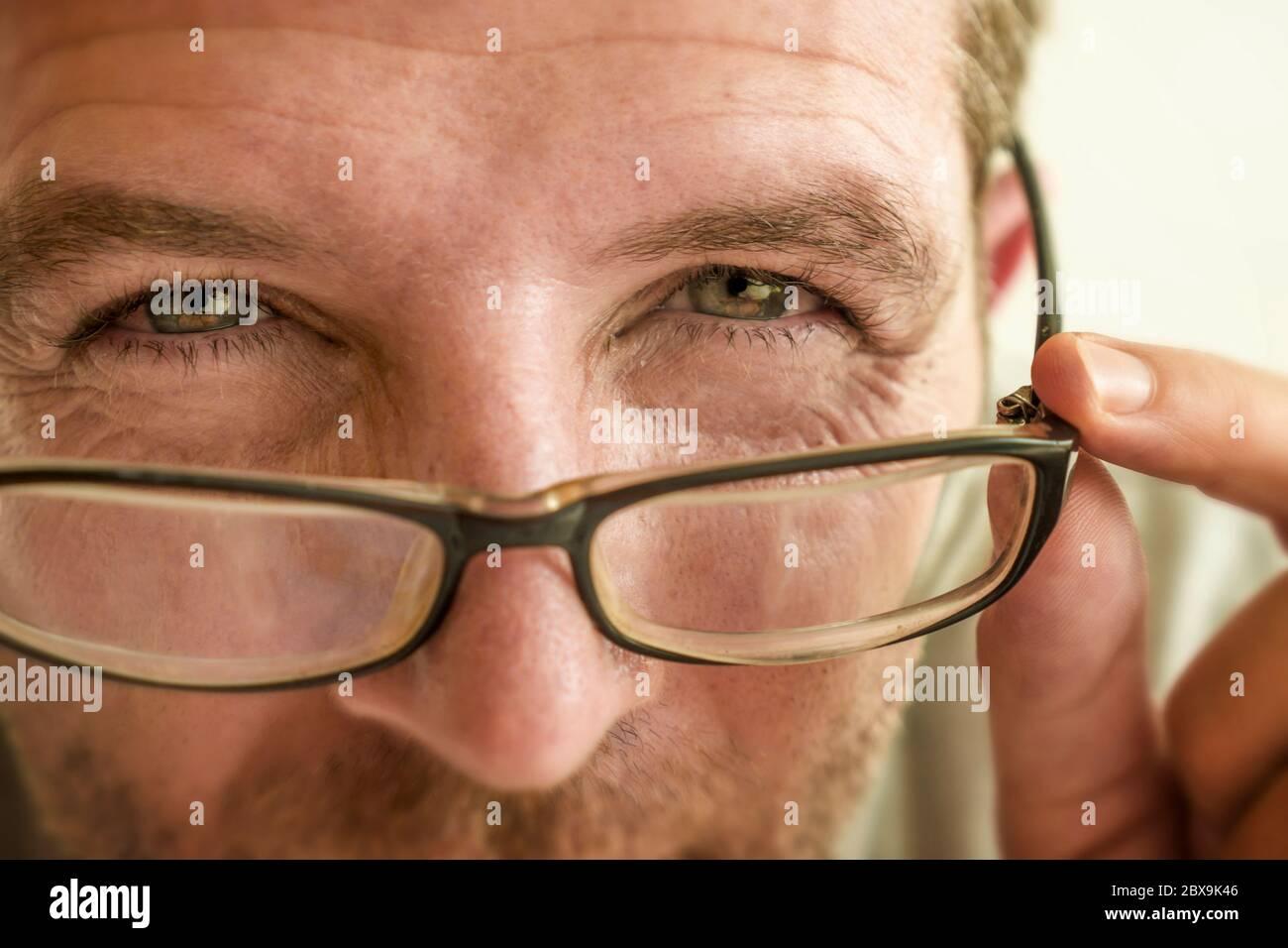 gros plan portrait du visage de l'homme vérifiant la vision essayant des lunettes à l'optométriste . guy 40s pendant l'examen optique des lunettes de correction de la myopie Banque D'Images