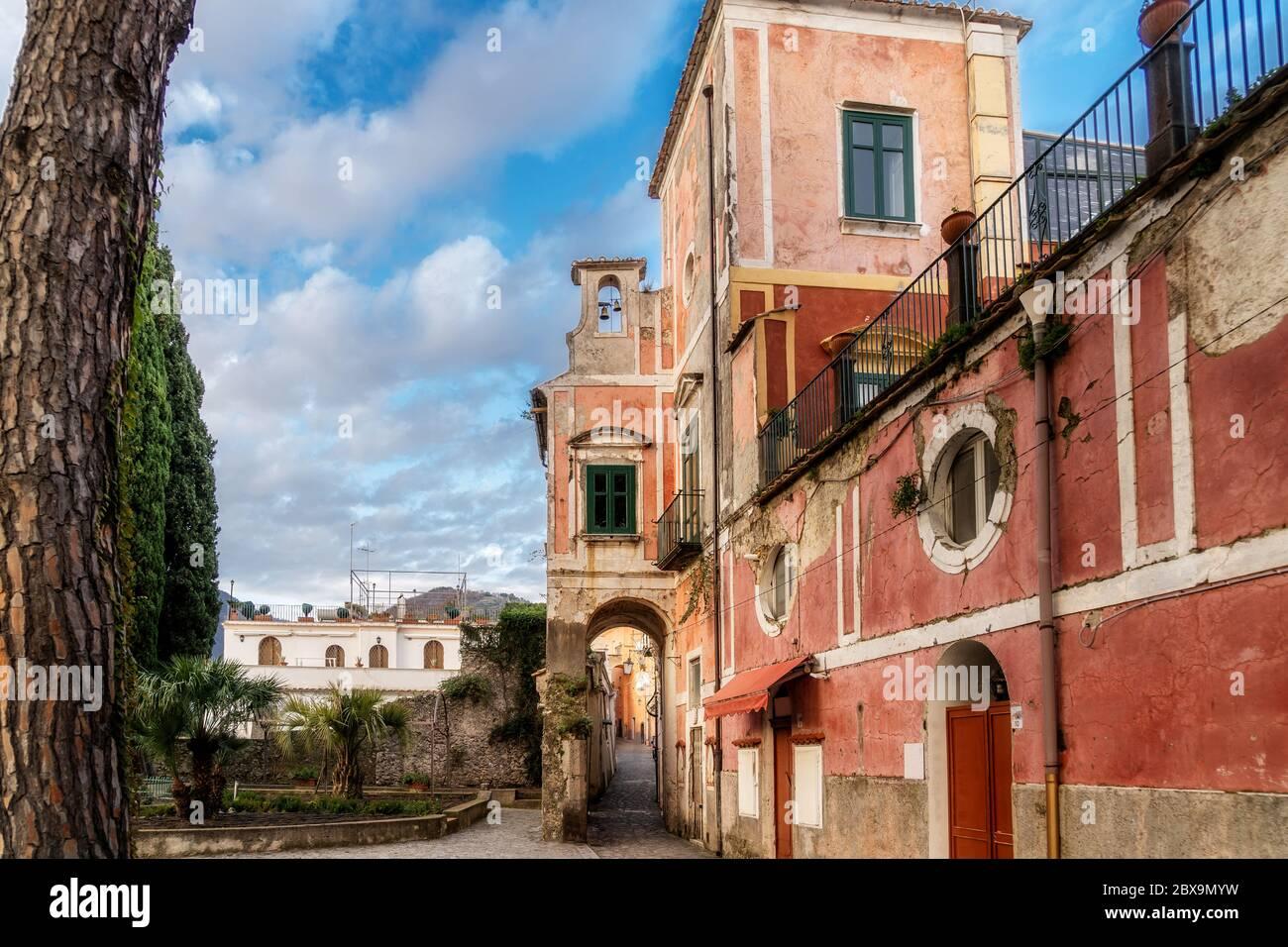 Ancien bâtiment rouge dans la vieille ville de Ravello, côte amalfitaine, Campanie, Naples, Italie. Photo de haute qualité Banque D'Images