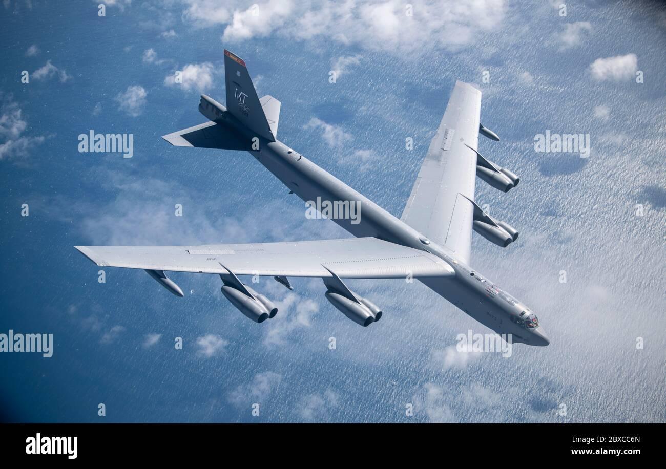 Un bombardier B-52 Stratoforteresse de la Force aérienne des États-Unis, de la 5e Escadre Bomb, s'éloigne d'un KC-135 Stratotanker après avoir fait le plein lors d'une mission d'bombardier stratégique le 3 juin 2020 au large de la côte nord de la Norvège. Banque D'Images
