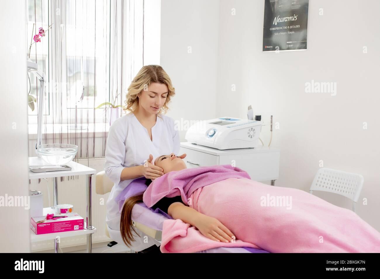 Resort, Spa, beauté et santé concept - belle femme dans spa salon de soins visage Banque D'Images