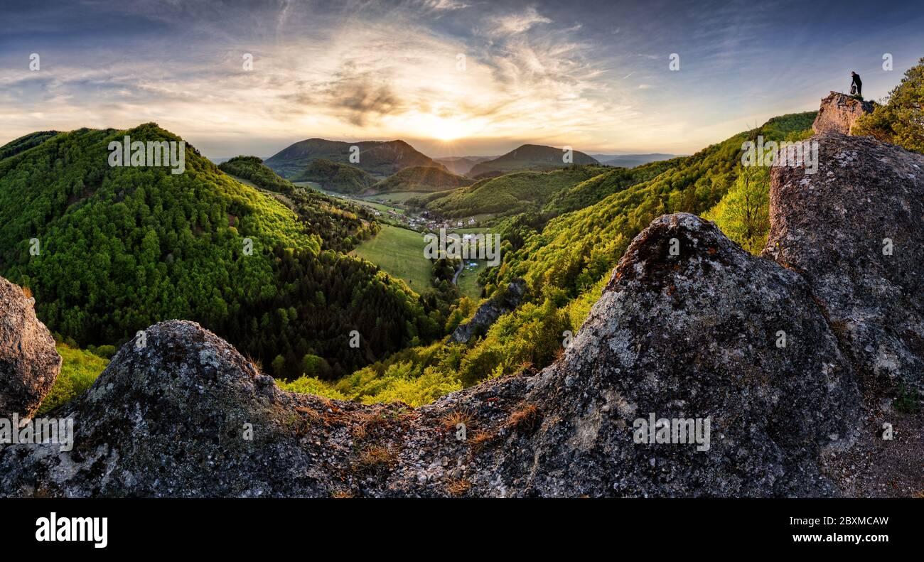 Coucher de soleil majestueux dans le paysage de montagnes. Ciel spectaculaire. Carpathian, Slovaquie, Europe. Le monde de la beauté. Banque D'Images