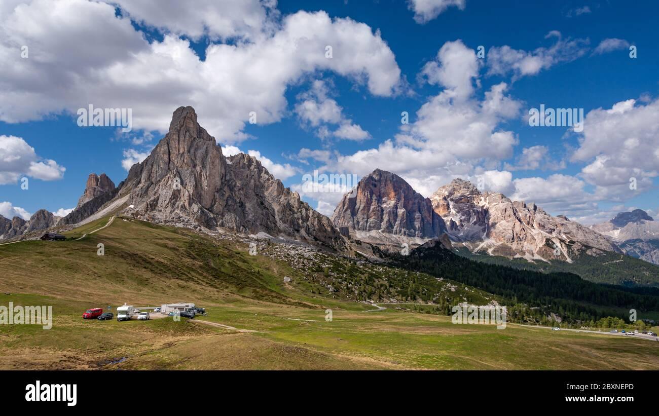 Vue panoramique sur le col de Giau (Cortina d'Ampezzo, Italie) avec chaîne de montagnes des dolomites sur fond bleu Banque D'Images