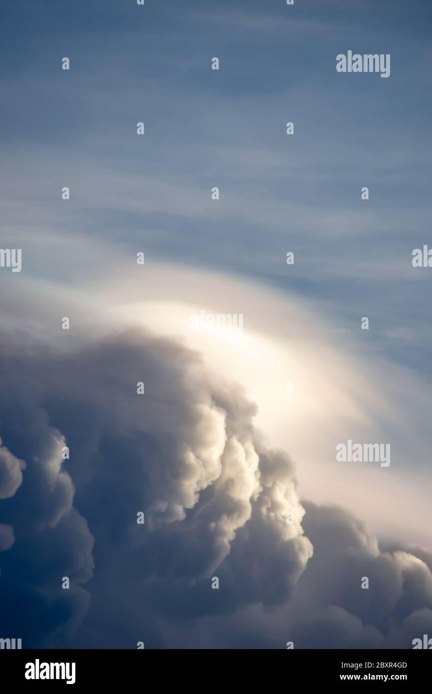 Nuages noirs de pluie sur le ciel et la soirée. Banque D'Images