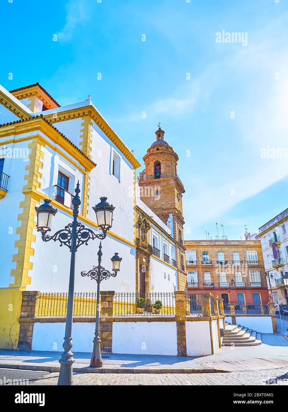 Le lampadaire d'époque se trouve en face de l'église historique de Saint-Domingue, avec son clocher médiéval conservé, Cadix, Espagne Banque D'Images