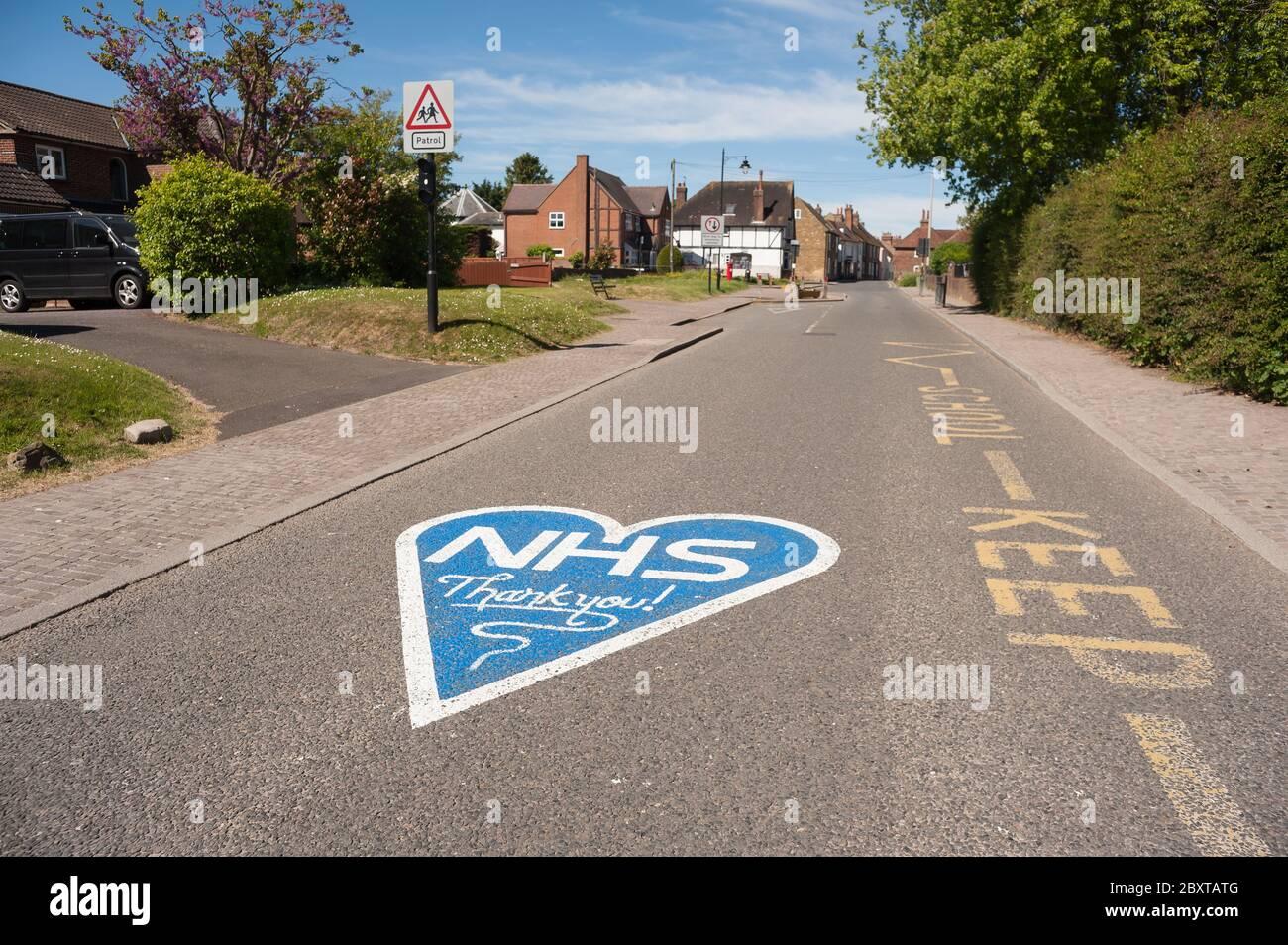 Merci NHS en bleu peint à l'extérieur de l'école Cobham fermé en raison de la pandémie et de la distanciation sociale due au coronavirus. Banque D'Images