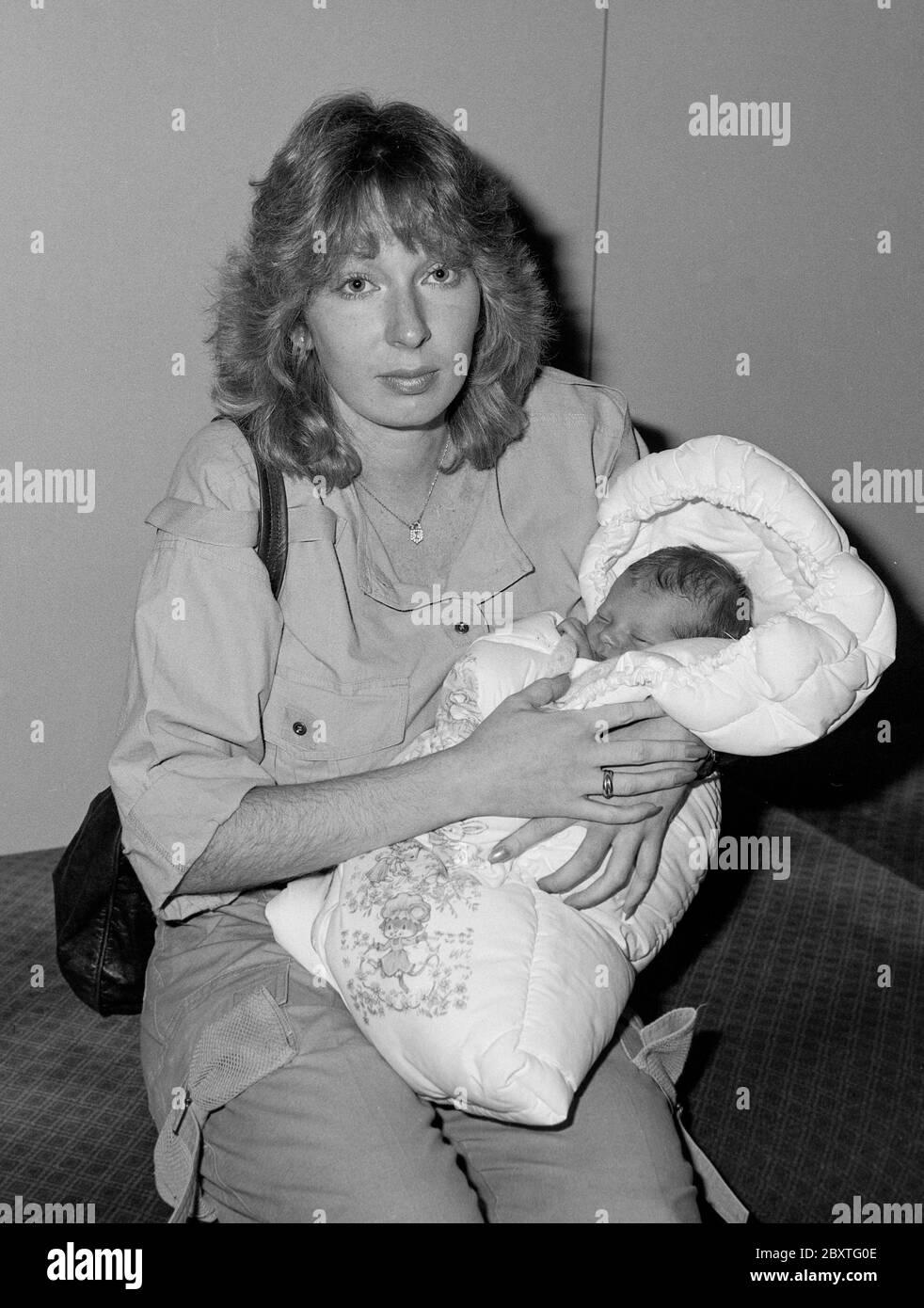 Une hôtesse britannique non mariée qui a donné naissance à un bébé au Qatar de manière inattendue est rentrée chez elle par crainte d'être arrêtée dans l'État du Golfe où il est illégal pour une femme célibataire d'avoir des bébés. Susan Mackie, 23 ans, hôtesse de Gulf Air, a déclaré lundi soir à son arrivée à l'aéroport d'Heathrow qu'elle n'avait aucune idée qu'elle était enceinte jusqu'à ce qu'elle soit entrée en travail la semaine dernière lors d'une escale d'une nuit à Doha, capitale du Qatar. Banque D'Images