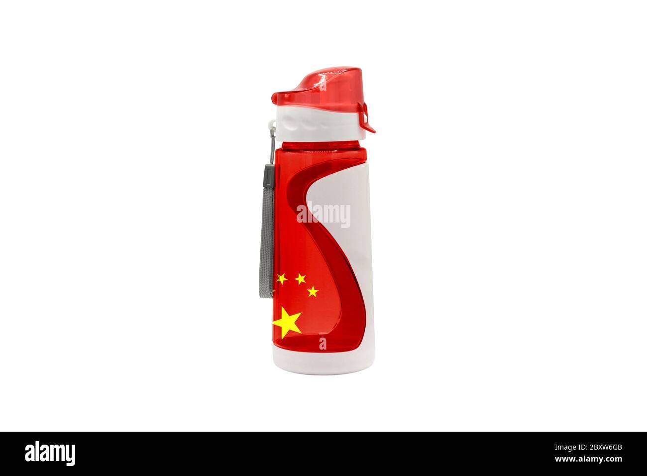 Bouteille d'eau de sport Chine avec drapeau sur la bouteille et isolé sur un fond blanc. Concept de mode de vie sain. Banque D'Images