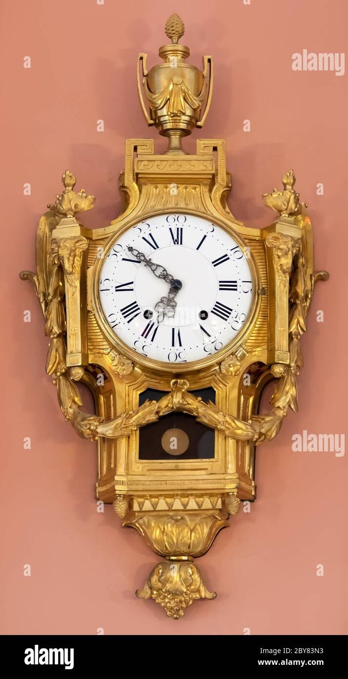 Horloge vintage sur le mur dans la chambre Banque D'Images