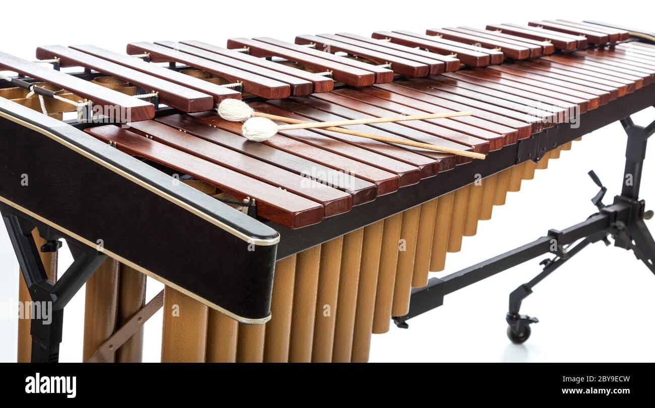 Un Marimba avec des maillets sur blanc Banque D'Images