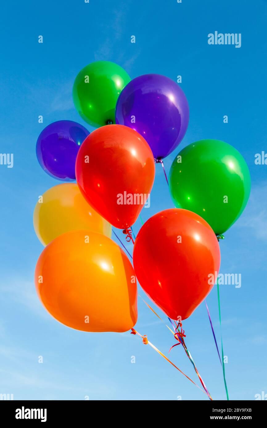 Ballons colorés sur un magnifique ciel bleu Banque D'Images