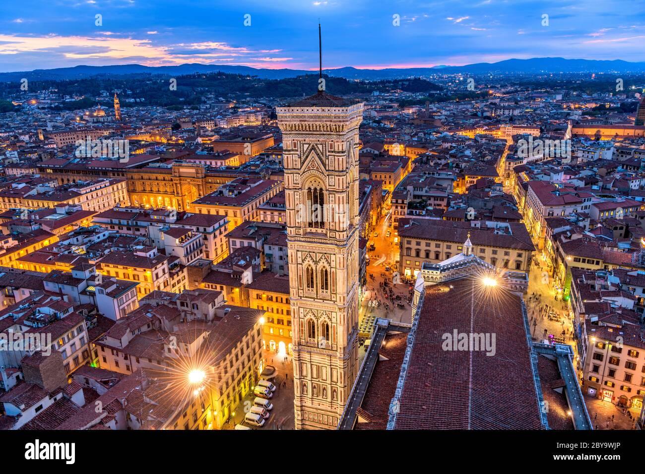 Campanile de Giotto - vue aérienne au crépuscule du Campanile de Giotto et de la vieille ville de Florence, vue depuis le sommet de la cathédrale de Florence de Brunelleschi. Banque D'Images