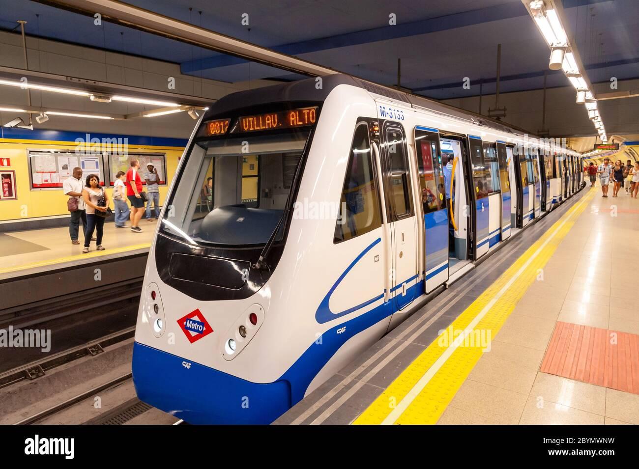 Train à la plate-forme de la station de métro, Madrid, Espagne Banque D'Images