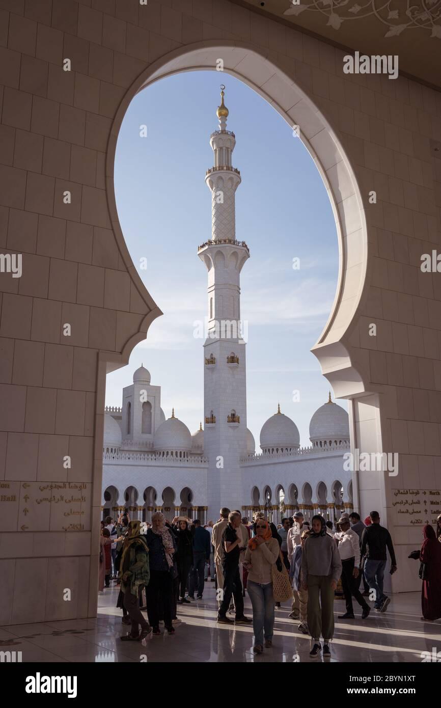 Abu Dhabi / Émirats arabes Unis - 5 février 2020 : grand groupe de touristes sous la porte voûtée de la Grande Mosquée Sheikh Zayed Banque D'Images