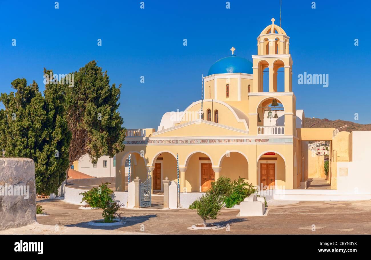 L'église Saint-Georges (Ekklisia Agios Georgios) à Oia, Santorin, Grèce est également connue sous le nom de Perivolas, une belle église dans une jolie cour. Banque D'Images