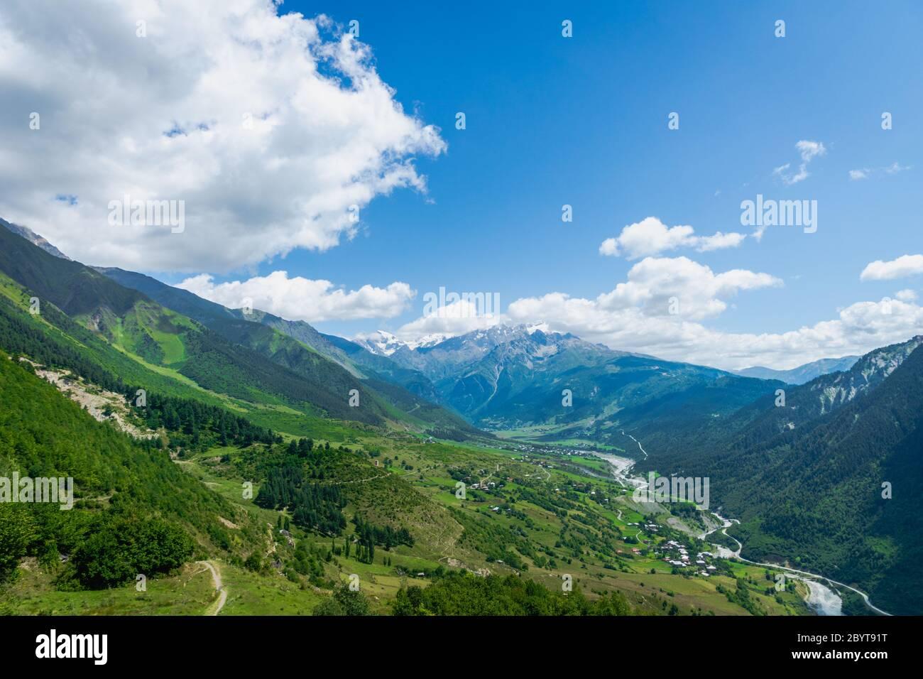 Paysage de montagne et de village de Svaneti sur la route de randonnée et de randonnée près du village de Mestia dans la région de Svaneti, patrimoine de l'UNESCO en Géorgie. Banque D'Images