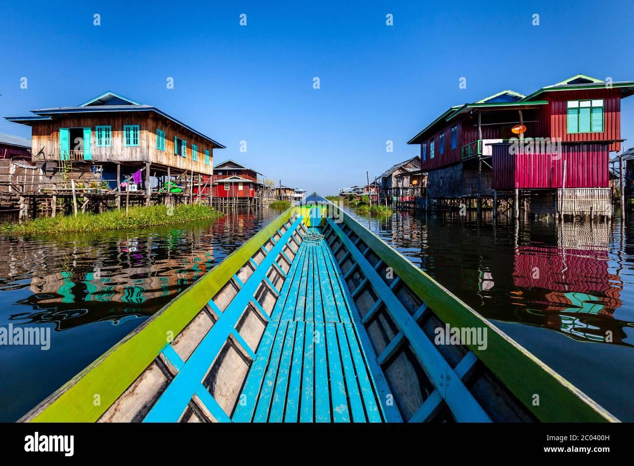 Maisons de pilotis sur le lac Inle, village flottant de Nam Pan, État de Shan, Myanmar. Banque D'Images