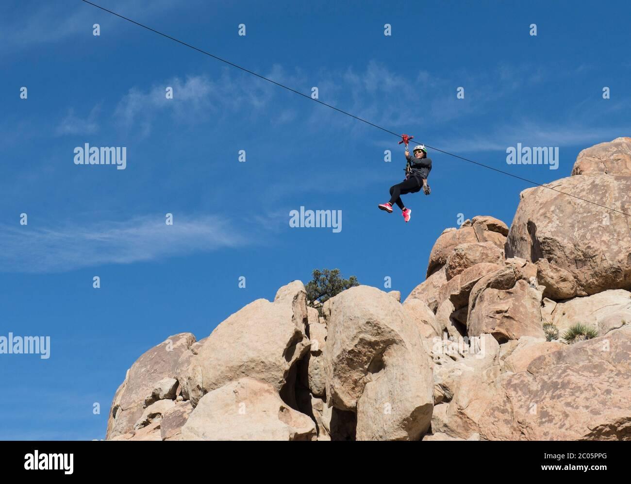 Les gens dans les montagnes bénéficiant d'une tyrolienne dans les montagnes de la Rumorosa, dans le cadre d'un concept de style de vie et de sports extrêmes. Baja Californie, Mexique. Banque D'Images