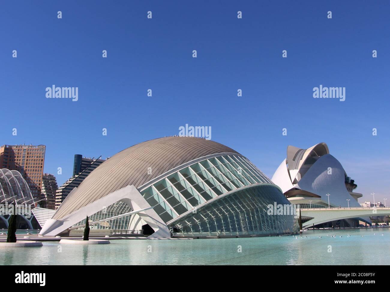 Vue sur l'Hemisferic et le Palau de les arts reina les bâtiments de sofia à la Cité des Arts et des Sciences on Une belle journée d'architecture moderne Valence Espagne Banque D'Images