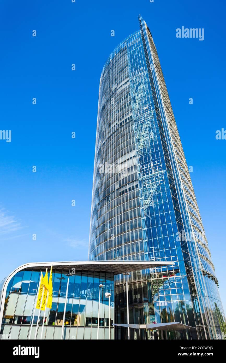 BONN, Allemagne - 29 juin 2018: La Tour est le siège de l'entreprise logistique Deutsche Post DHL dans la ville de Bonn en Allemagne Banque D'Images