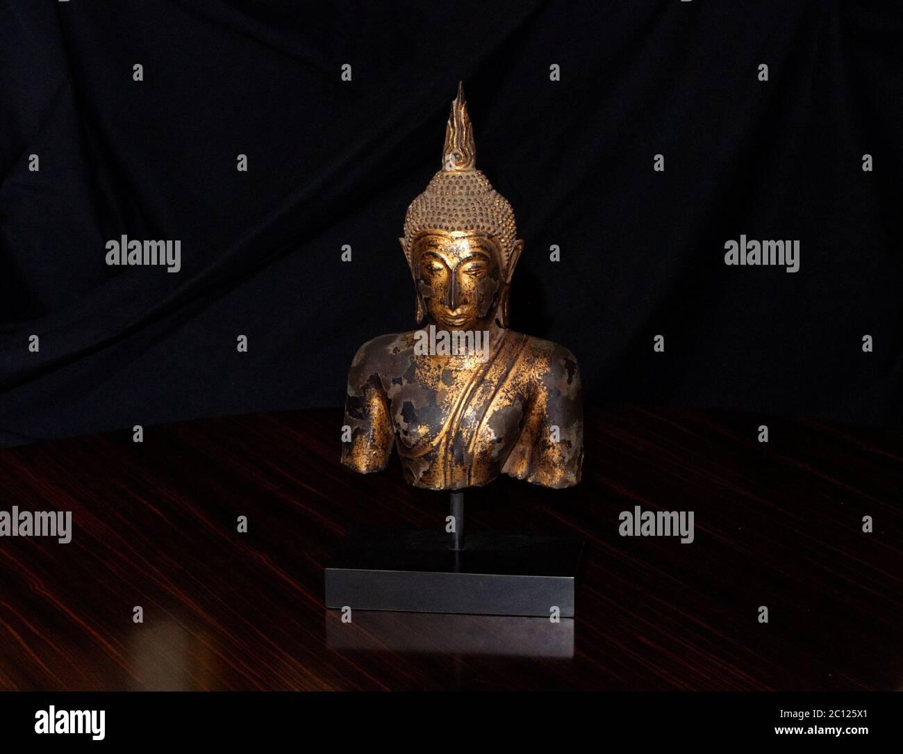 Encore la vie de Bouddha thaïlandais de bronze en fini feuille d'or. Magnifique décoration intérieure sculpture en bronze Banque D'Images