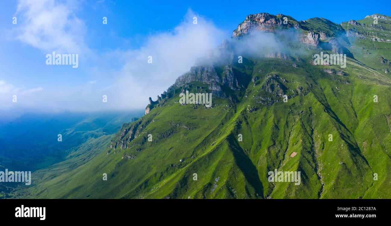 Paysage de printemps de montagnes et de prairies près de Portillo de Lunada dans la Valle del Miera, Cantabrie, Espagne, Europe Banque D'Images