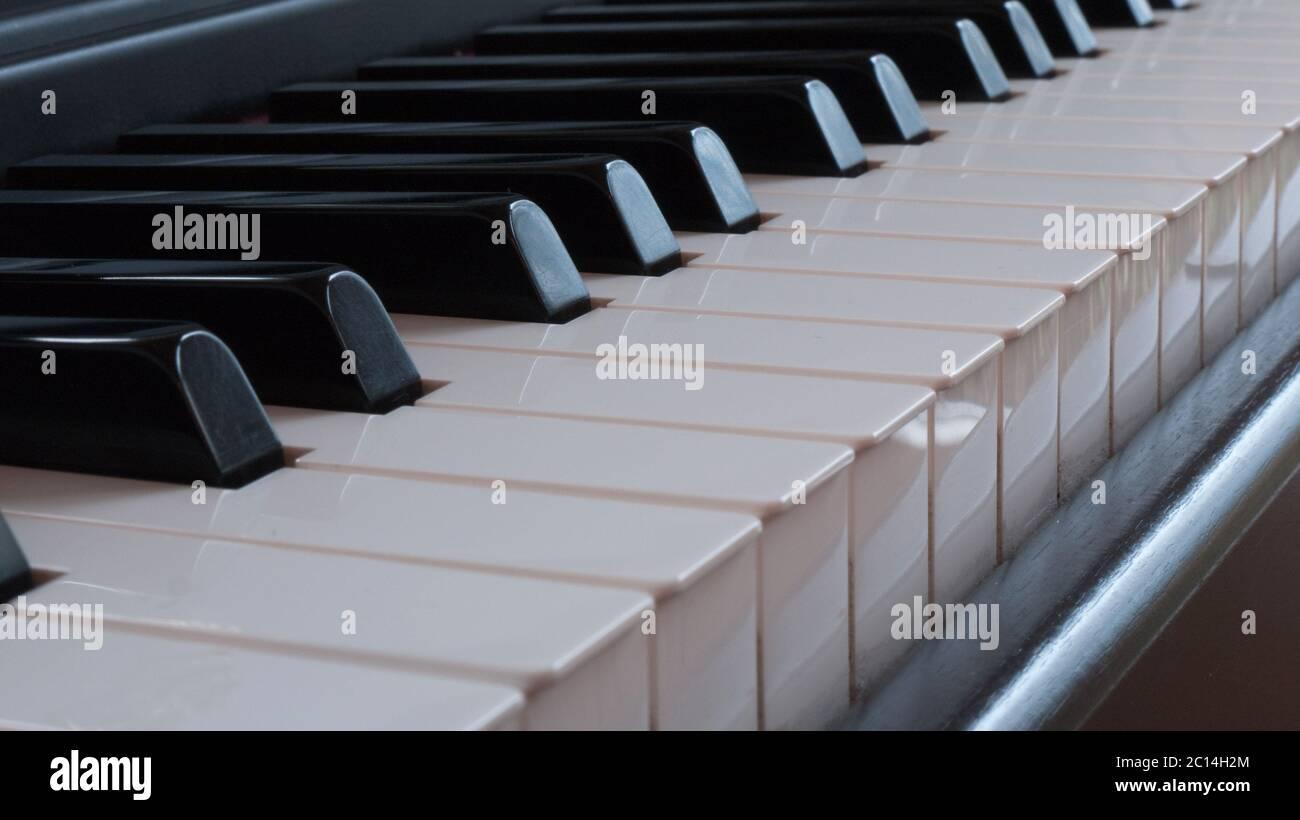 Détail du clavier d'un piano avec touches blanches et noires Banque D'Images